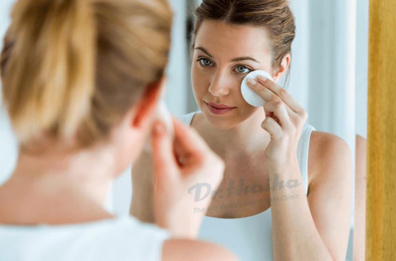 Hỏi đáp: Tẩy trang xong có cần rửa lại mặt hay không?